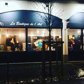 Un jour de décembre j'ai ouvert la porte de la galerie Angels Art à Rueil Malmaison. Au début par curiosité, aujourd'hui j'ai le plaisir d'exposer mes pièces grâce à deux belles personnes qui m'ont accueilli chaleureusement. 🙏  Vous pourrez venir chiner mes créations en soie (kimonos, pochettes, foulards, mais aussi des escarpins en cuir que je customise sur commande et même des toiles. À très vite.
